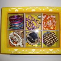 Porta Bijuterias em Madeira Pintado a Mão - 6 Divisões