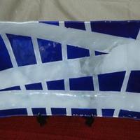 Bandeja retangular azul e branco