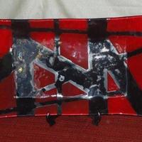 Bandeja retangular vermelho e preto.