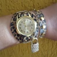 Relógio oncinha com pingente em strass e rebites