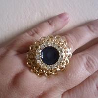 Anel Dourado com resina azul marinho e strass