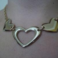 Gargantilha Trio de corações em metal dourado