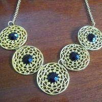 Máxi Colar dourado com círculos e contas pretas