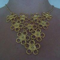 Máxi Colar flores em metal dourado com strass