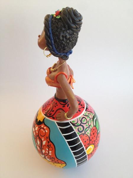 Boneca em cabaca com coque natureza