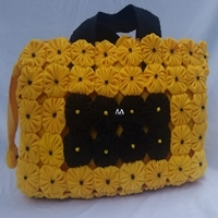 Bolsa de fuxico tipo maletinha amarela e preta